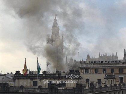 Controlado un fuego en un bar del centro de Sevilla que causa desvíos de tráfico