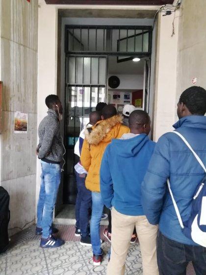 Abre la oficina de temporeros de Cáritas que informa de sus derechos y cuenta con bolsa de empleo