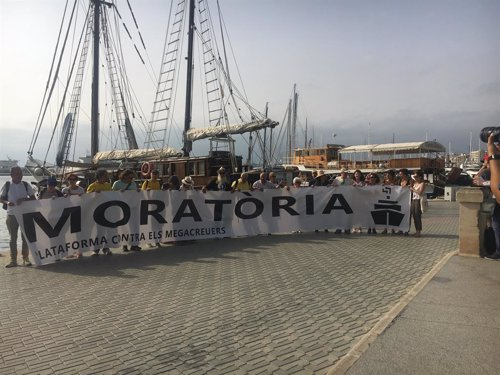 Pancarta para la moratoria de la Plataforma contra los megacruceros.