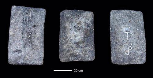 Lingotes de estaño de hace 3.300 años hallados en la costa de Israel.,