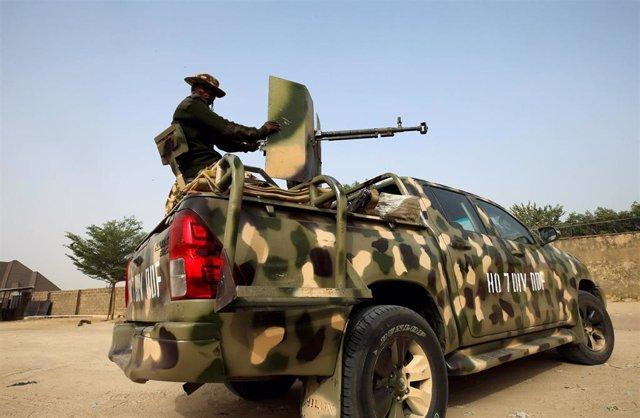 Un soldado nigeriano en un vehículo blindado