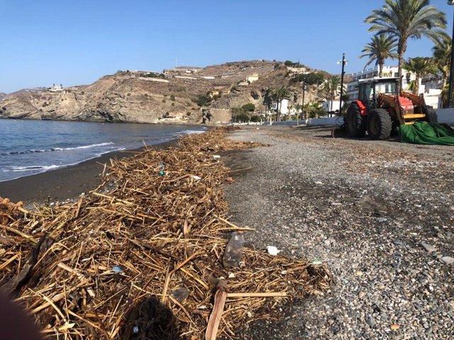 Playa de Albuñol con toneladas de basura por las riadas que han afectado al levante
