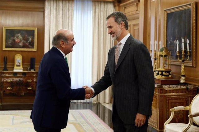 El rey Felipe VI saluda al diputado del PRC, José María Mazón, con el que inicia una ronda de consultas con los partidos del Parlamento, que puede desembocar en la convocatoria de nuevas elecciones generales para el día 10 de noviembre si certifica que es