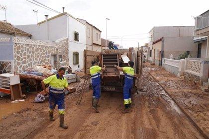 Retiran 72 toneladas de enseres de las casas afectadas por las inundaciones en Los Nietos y Los Urrutias