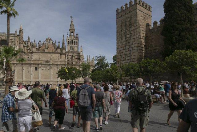 Turistas por el centro de Sevilla