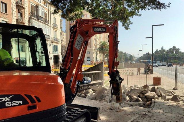 Un operario trabaja para la instalación del nuevo pavimento en parte de la Alameda Principal de Málaga