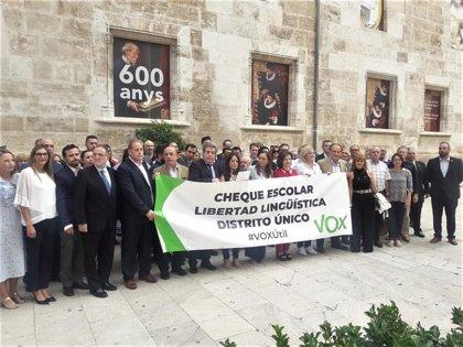 """Vox se concentra ante Les Corts por la """"libertad educativa"""" y contra el """"adoctrinamiento en torno a los Països Catalans"""""""
