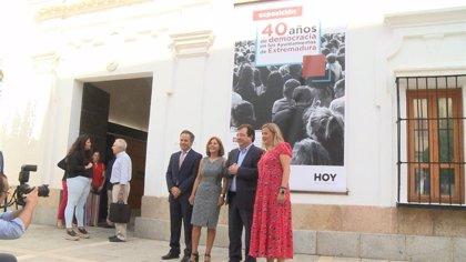 """Una exposición muestra en la Asamblea """"la historia de los ayuntamientos democráticos extremeños"""""""