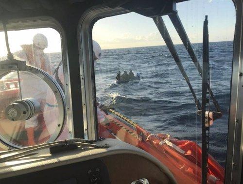 Salvamento Marítimo antes de rescatar a dos menores de edad en una imagen de archivo