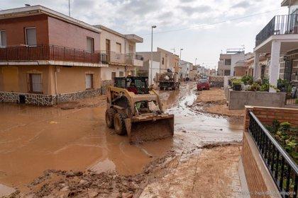 Vecinos y operarios municipales devuelven la normalidad al municipio de Cartagena tras la gota fría