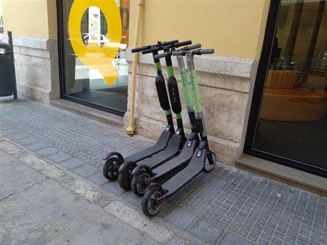 Patinetes eléctricos estacionados