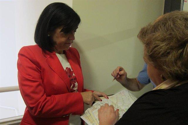 Francisca Medina y Pilar Parra muestra el mapa de los terrenos donde se construirá la Ciudad Sanitaria.