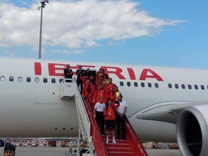 La selección española de baloncesto ya está en Madrid con la Copa del Mundo