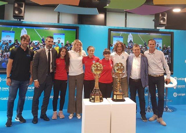 Albelda, Fernando Sanz, Puyol y Ada Hergerberg en el sorteo de la Danone Nations Cup