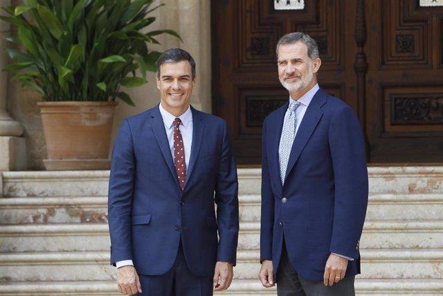El Rey Felipe VI recibe al presidente del Gobierno en funciones, Pedro Sánchez, en el Palacio de Marivent de Palma de Mallorca.