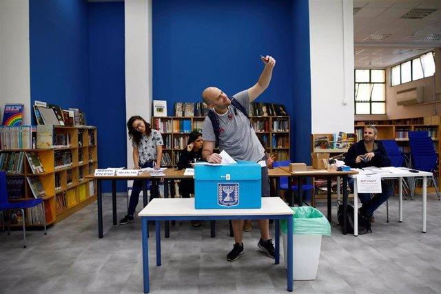 Un hombre se hace una foto votando en Tel Aviv