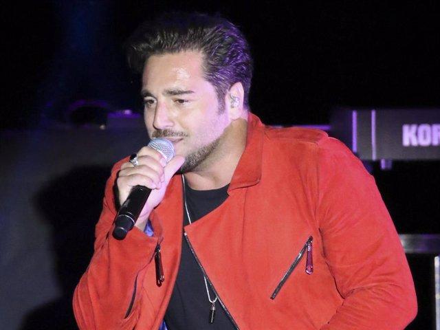 David Bustamante de gira con su fan número uno,su novia Yana Olina