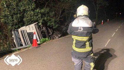 Vuelca un camión cisterna que transportaba leche en Cudillero sin causar heridos