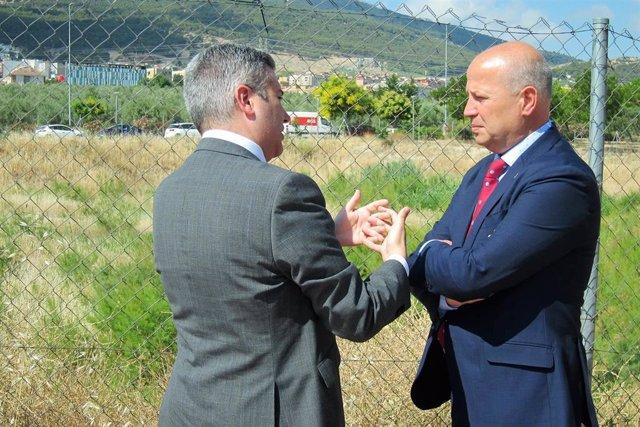 El consejero de Educación y Deporte de la Junta, Javier Imbroda (d), junto al delegado en Jaén, Antonio Sutil, en una imagen de archivo