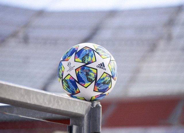 """Fútbol/Champions.- adidas opta por una """"explosión de colores"""" para el nuevo baló"""