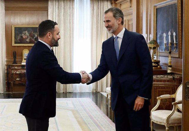 El rey Felipe VI recibe en audiencia al líder de Vox Santiago Abascal, en la segunda jornada de la ronda de consultas sobre la investidura de Pedro Sánchez como presidente del Gobierno, este Martes en el Palacio de Zarzuela, en Madrid, a 17 de septiembre