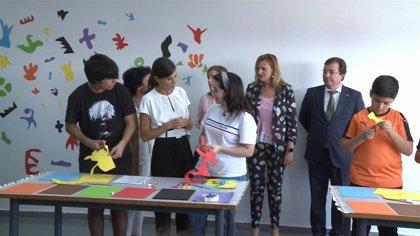 La Reina conoce los proyectos educativos de dos centros escolares de Torrejoncillo en la apertura del nuevo curso