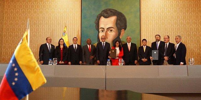 Firma del acuerdo entre el Gobierno y un sector de la oposición