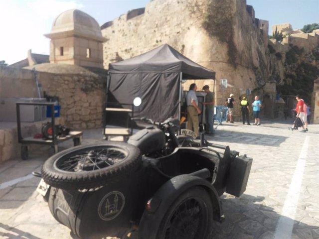 El acceso al castillo con un moto, supuestamente nazi, en el rodaje de la serie.