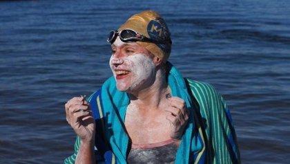 Supera el cáncer y se convierte en la primera persona en cruzar el Canal de la Mancha cuatro veces sin parar