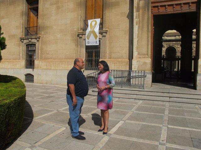 Francisca Medina y Juan Galera junto al lazo expuesto en la Diputación de Jaén