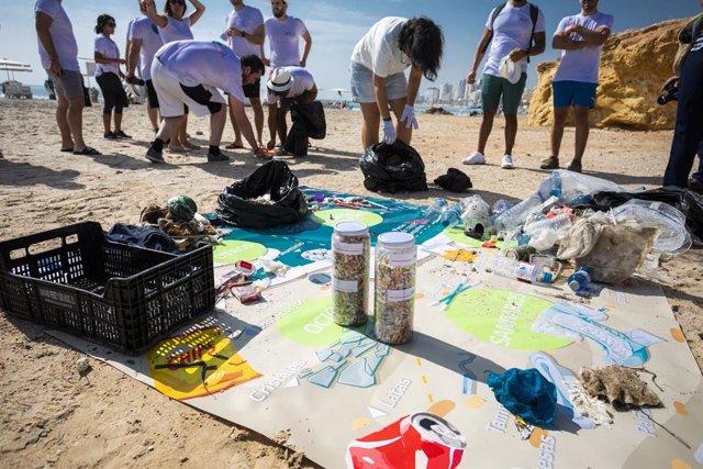 Cerca de 500 empleados de LG participan en una jornada de limpieza de la costa y