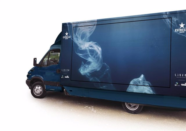 Furgoneta de la campanya de neteja de les platges d'Estrella Damm