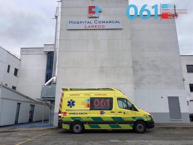 Ambulancia del 061 en el Hospital de Laredo