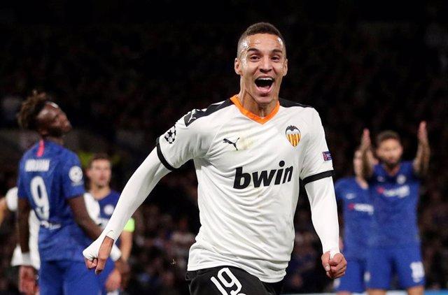 Rodrigo celebra el gol que da la victoria al Valencia ante el Chelsea