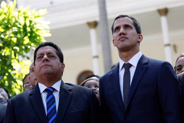 """El autoproclamado """"presidente encargado"""", Juan Guaidó, junto al vicepresidente de la Asamblea Nacional, Edgar Zambrano"""