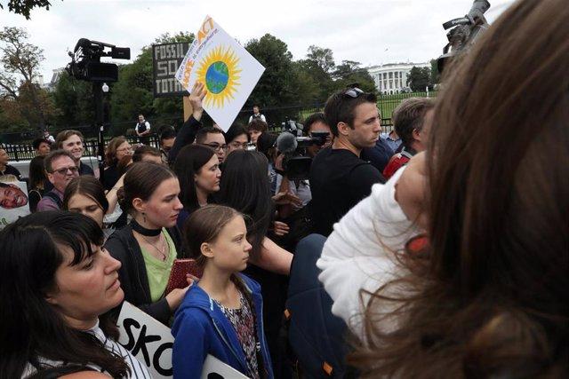La activista sueca Greta Thunberg se manifiesta frente a la Casa Blanca
