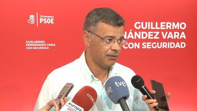 El portavoz del PSOE extremeño, Juan Antonio González, en declaraciones a los medios sobre la repetición de elecciones el 10N