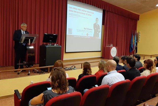 El rector de la Universidad de Oviedo, Santiago García, durante la presentación de una conferencia de EDP en el campus de Gijón