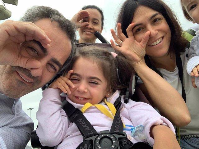 Marta, una niña de cuatro años y medio afectada por la enfermedad de Niemann Pick C, y su familia.