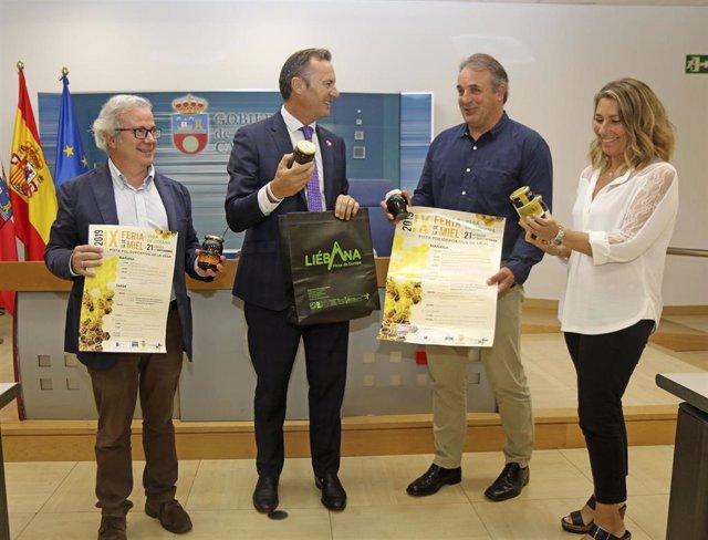 El consejero de Desarrollo Rural, Guillermo Blanco, y del alcalde de Vega de Liébana, Gregorio Alonso, para presentar la IX Feria de la Miel de Vega de Liébana