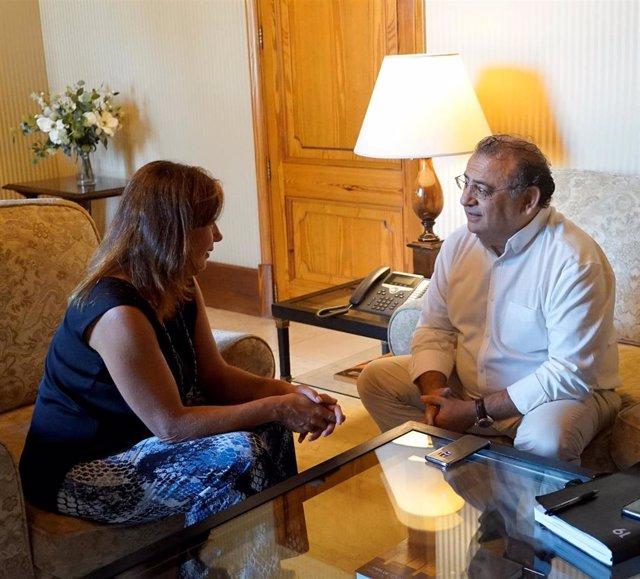 El alcalde del municipio de Calvi, Alfonso Rodríguez, y la presidenta del Govern de Baleares, Francina Armengol.