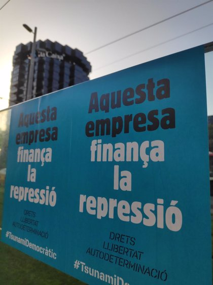 """Tsunami Democràtic pega carteles en bancos y empresas acusándolos de """"financiar la represión"""" el 1-O"""