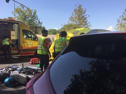 Muere un motorista de 51 años tras impactar contra un vehículo en la calle Alcalá