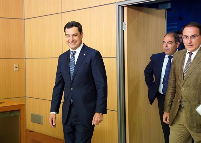 El presidente de la Junta, Juanma Moreno (i) asiste a la inauguración de la nueva sede de ATA en Andalucía junto al presidente nacional de ATA, Lorenzo Amor (c) y el presidente de la Confederación de Empresarios de Andalucía (CEA), Javier González de Lara