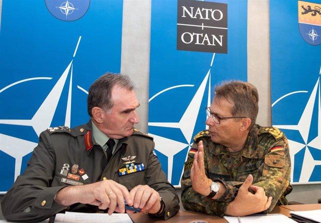 El comandante del Comando de Ulm, Juergen Knappe , habla con el representante del acuertel de la OTAN en esta ciudad de Alemania, Vasileios Gampis