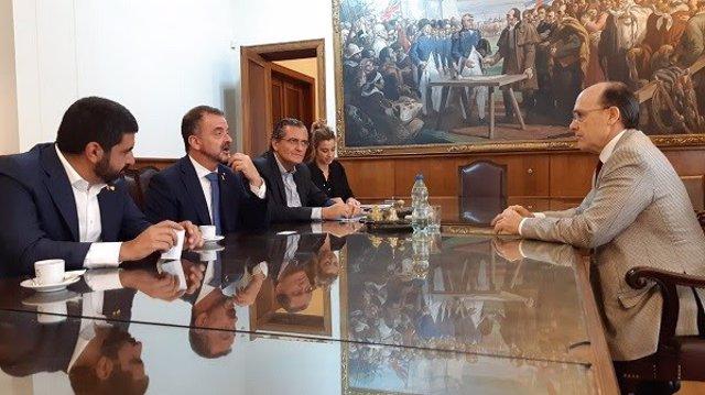 Alfred Bosch i Chakir El Homrani en una reunió a Montevideo amb la Cambra de Comerç de l'Uruguai.