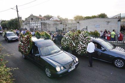 Cientos de personas despiden a las tres mujeres asesinadas en Valga (Pontevedra)