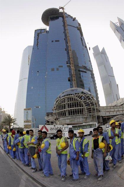 Amnistía Internacional denuncia que miles de trabajadores migrantes siguen esperando sus salarios en Qatar