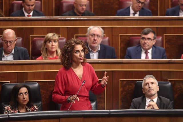 La ministra d'Hisenda en funcions, María Jesús Montero, respon les preguntes dels grups parlamentaris del Congrés, durant la  sessió de control al Govern en funcions un dia després de conéixer-se la quasi plena seguretat d'unes eleccions el