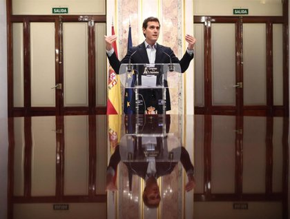"""Rivera anima a los """"decepcionados con Sánchez"""" a cambiar su voto para superar el bloqueo político"""